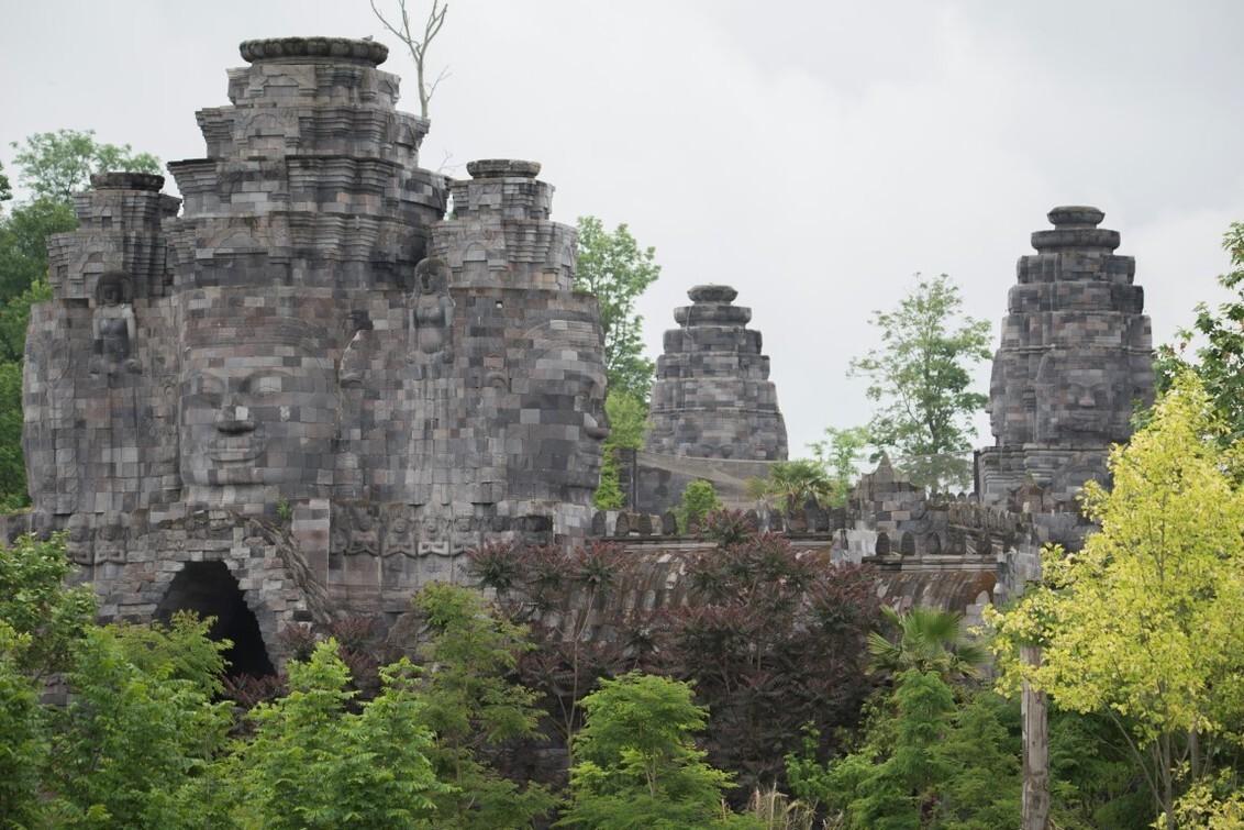 Het Koninkrijk van Ganesha - Terug van een weekje vakantie en we zijn wederom naar Pairi Daiza geweest. Vanaf e overkant van het water zag ik dit gedeelte van de dierentuin en he - foto door kiekazoo op 08-06-2019 - deze foto bevat: dierentuin, architectuur, beelden, dierenpark, belgie, zoo, gezichten, ganesha, pairi daiza, Brugelette, het koninkrijk van ganesha