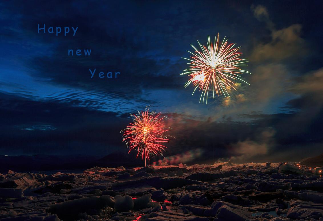 Een IJslandse Nieuwjaarsgroet - Graag wil ik alle zoomers bedanken voor de vele spontane, leuke, opbouwende, kritische en fijne reacties dit afgelopen jaar.  We hebben elkaar zeker - foto door h.meeuwes op 31-12-2016 - deze foto bevat: kleur, nieuwjaar, avond, ijsland, vuurwerk, nachtfotografie, groet, flitsen, jokulsarlon, henk meeuwes, 2017