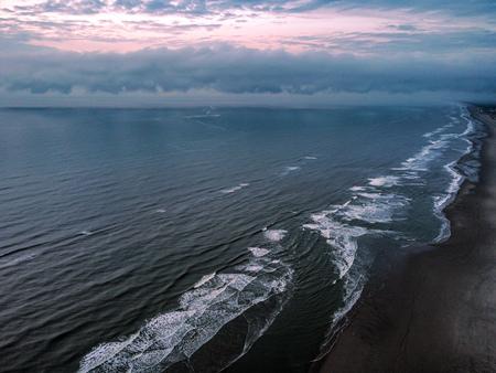 Shorebreak - Kustlijn bij Katwijk. - foto door Corne102 op 10-04-2021 - locatie: Katwijk aan Zee, Nederland - deze foto bevat: drone, kust, strand, lucht, zonsondergang, zonsopgang, zonsopkomst, sunset, sunrise, zee, zand, water, dji, mini 2, noordzee, duin, rust, golven, wolk, water, lucht, watervoorraden, atmosfeer, natuurlijke omgeving, zonlicht, kust- en oceanische landvormen, grond, schemer