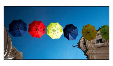 paraplu-parasol - in de binnenstad van Klagenfurt in Oostenrijk heeft men boven de straten deze kleurige parapluutjes gespannen. - foto door corvangriet op 28-09-2015 - deze foto bevat: kleur, parasol, vakantie, humor, reizen, stilleven, oostenrijk, straatfotografie, paraplu, klagenfurt, recht omhoog