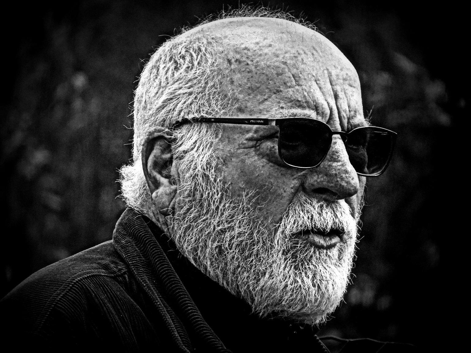The man - Zo gemakkelijk is het niet. - foto door jan.pijper op 16-04-2021 - deze foto bevat: bril, oogzorg, baard, stofbril, brillen, kaak, flitsfotografie, zonnebril, grijs, zwart en wit