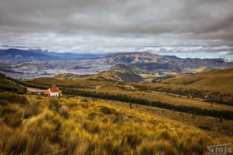 Eenzame kerk in vulkaan landschap
