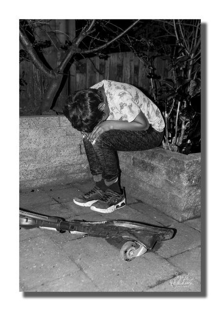 sadness - Deze serie heb ik gemaakt naar aanleiding van het vele verdriet dat een mens in zijn of haar leven kan meemaken. - foto door jeanet1971 op 13-04-2021 - locatie: 3155 Maasland, Nederland - deze foto bevat: skateboarddek, been, zwart, flitsfotografie, skateboarder, stijl, zwart en wit, sneakers, rollen, asfalt