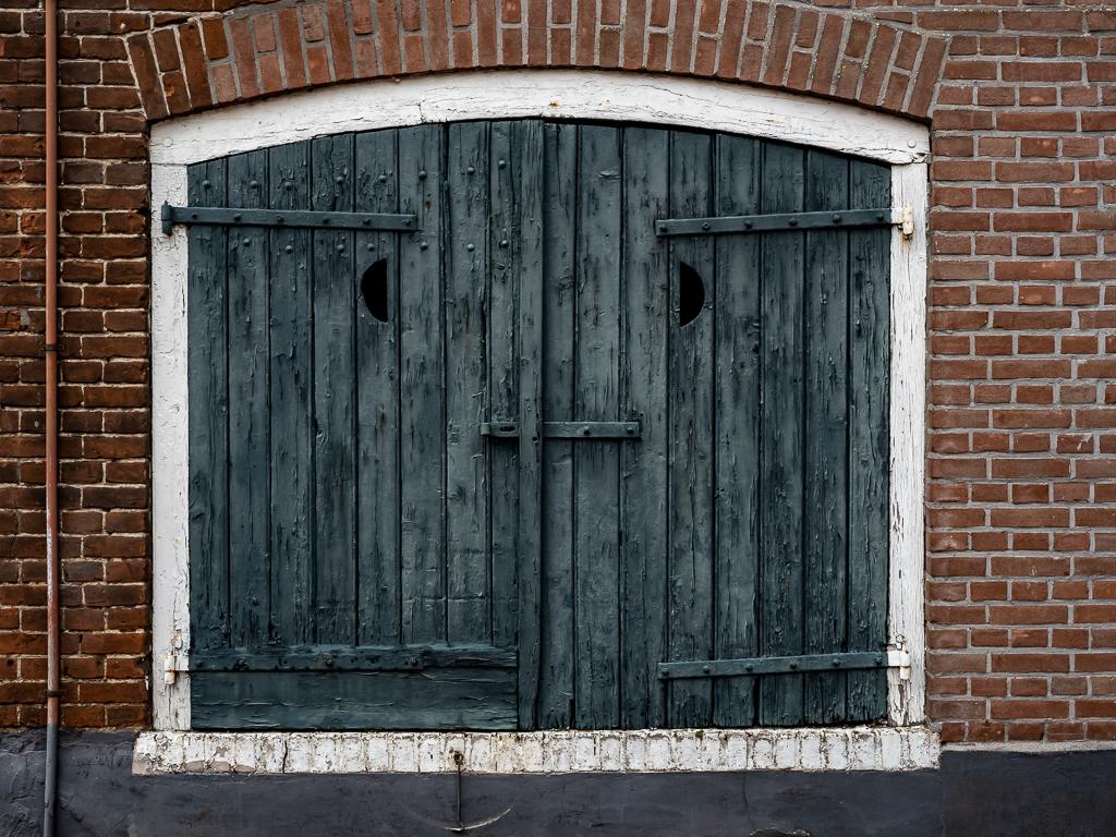 Waar is de schilder/ - xxx - foto door Jaap93 op 12-04-2021 - locatie: Elburg, Nederland - deze foto bevat: eigendom, armatuur, metselwerk, venster, hout, steen, rechthoek, bouwmateriaal, home door, gebouw