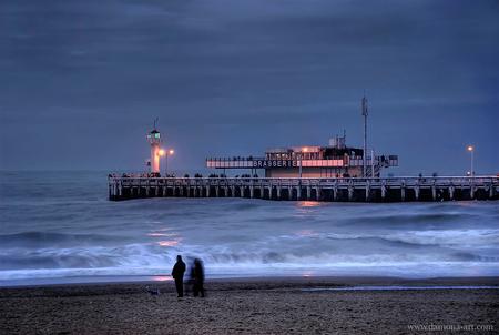 The Pier - Heb je de pier al eens zo mooi gezien in Oostende? Ik moest en zou er een foto van nemen. Gelukkig heb ik dat gedaan, want de brasserie is al afgebro - foto door damona-art op 05-06-2016 - deze foto bevat: mensen, strand, zee, water, avond, zonsondergang, spiegeling, pier, nikon, oostende, beweging, sluitertijd