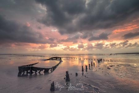 Opkomende zon en regen geeft kleur... - - - foto door ArjanSijtsma op 14-05-2019 - deze foto bevat: lucht, wolken, kleur, zon, strand, zee, water, lente, natuur, regen, bui, licht, boot, landschap, tegenlicht, zonsopkomst, storm, kust, eb, zonlicht, wadden, waddenzee, wad, regenbui, wierum, wrak, scheepswrak, lange sluitertijd, laag water