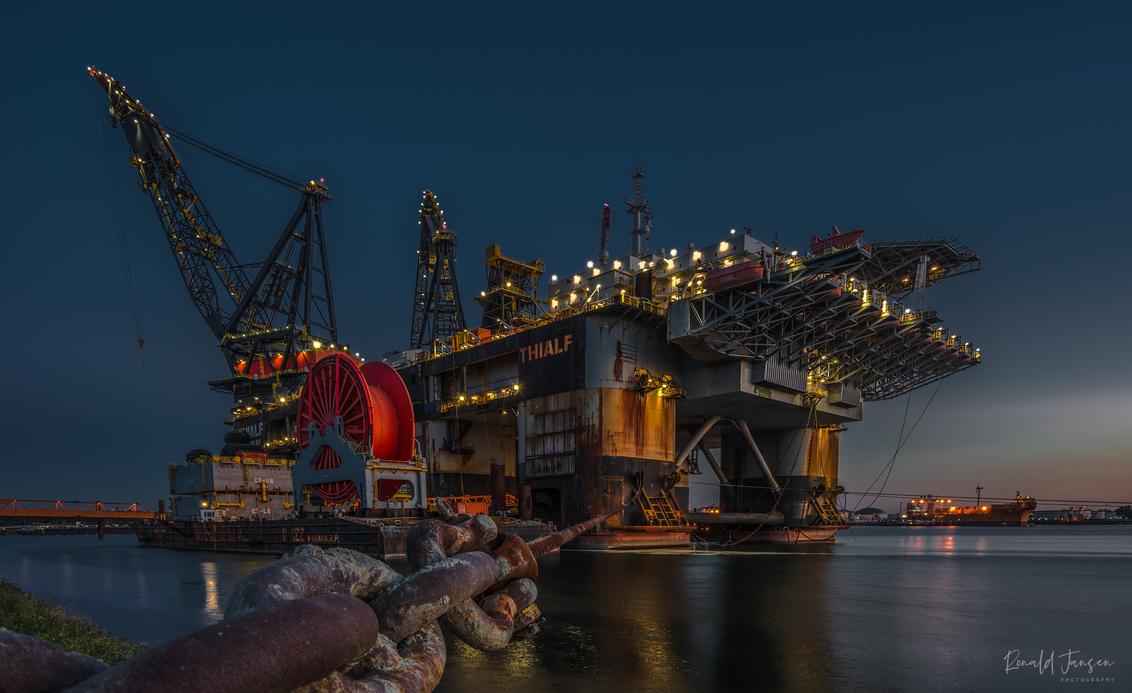 Thialf Heerema - De Thialf is een half-afzinkbaar kraanschip. Het werd gebouwd in 1985 Het was nog niet zo lang geleden de grootste in zijn soort, deze titel is inmid - foto door jansensei op 22-09-2019 - deze foto bevat: boot, nacht, nachtfotografie, hdr