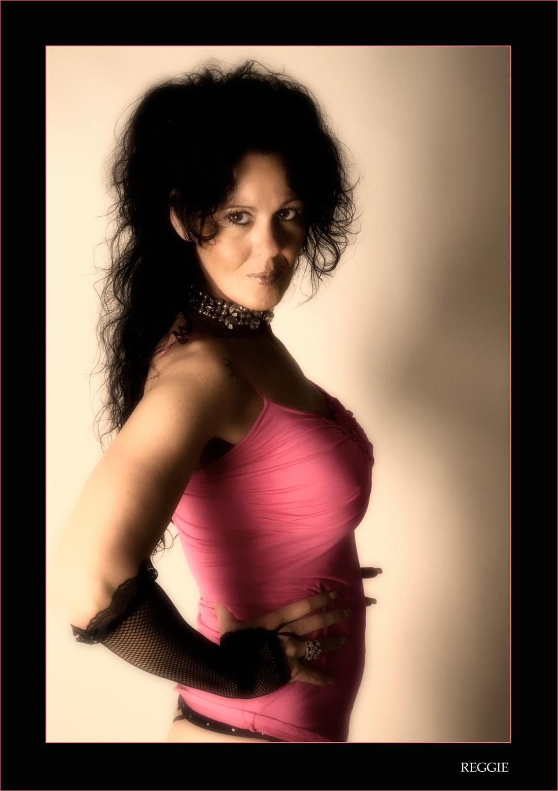 Reggie - opname van reggie,een goede kennis - foto door boldy_zoom op 29-06-2008 - deze foto bevat: donker, wind, model, erotiek, beauty, naakt, pose, erotisch, schoonheid, nagels, billen, lichaam, bloot, sexy, string, verleiding, rokje, topje