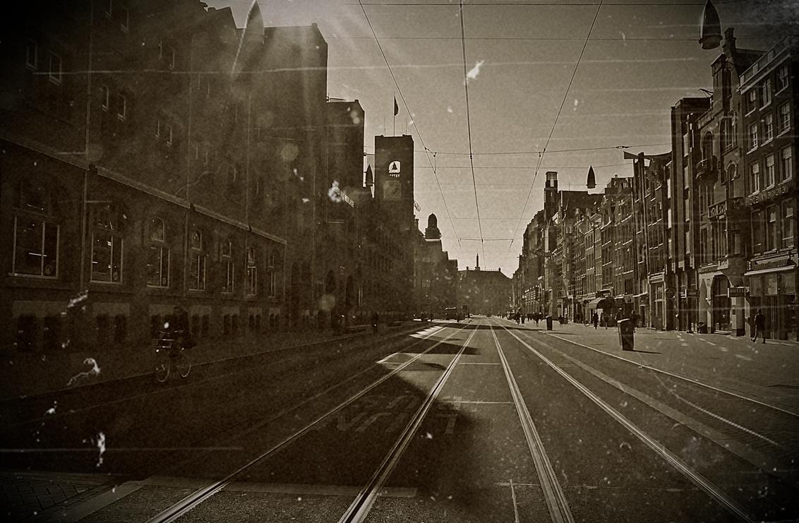Amsterdam uit vervlogen tijden.... - - - foto door MaryBruijn op 05-03-2021 - deze foto bevat: oud, amsterdam, architectuur, schaduw, tegenlicht, stad, huis, straatfotografie, centrum