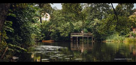 Scenisch - Sfeervol zicht vanaf de kant van een rivier.     ©MotionMan 2021 - foto door motionman op 24-01-2021 - deze foto bevat: groen, uitzicht, natuur, boot, vakantie, reflectie, landschap, zomer, bomen, bootje, rivier, dorp, compositie, sfeer, steiger, zweden, rust, dorpje, atmosfeer, sfeervol, scene, scenisch