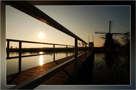 Ophaalbruggetje... - Nog maar eens eentje van Kinderdijk... Deze ophaalbrug leid naar de bezoekersmolen, die helaas niet het hele jaar open is. Je kunt er dan ook niet o - foto door Foto_Marleen op 06-03-2009 - deze foto bevat: zon, landschap, brug, molens, kinderdijk, lage, pluimen, ophaalbrug, silhouetten, foto-marleen