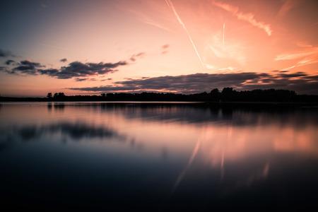 Dobbeplas - Zonsondergang bij Dobbeplas in Nootdorp, Gemaakt met een ND filter voor een extra gladde waterspiegel - foto door henri.van.avezaath op 06-11-2018 - deze foto bevat: lucht, wolken, water, natuur, licht, herfst, avond, zonsondergang, spiegeling, landschap, meer, nootdorp, lange sluitertijd, Zuid Holland