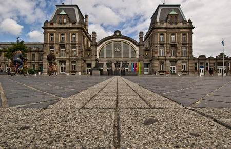 Oostende station - Lekker laag standpunt, lijnen die je naar binnen trekken. Toch? - foto door bertw op 08-07-2009 - deze foto bevat: station, oostende