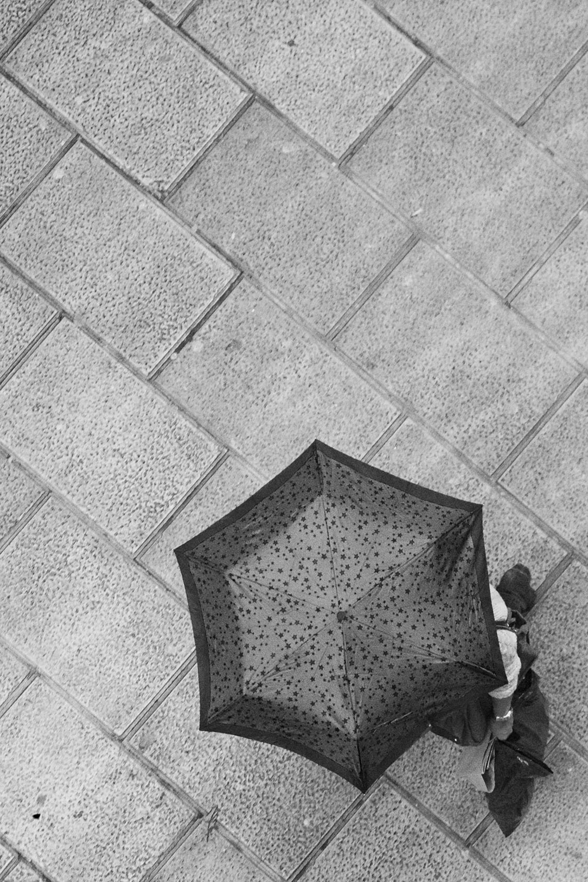 van boven 2 - en weer  nog een uit de serie van boven  omzetting naar zwart wit met blauw filter, de paraplu en tas was blauw  gr hans - foto door sparks_zoom op 29-01-2014 - deze foto bevat: sparks, santander, van boven, heen en weer - Deze foto mag gebruikt worden in een Zoom.nl publicatie