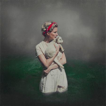 The Lamb Keeper - Het was gister precies een jaar geleden dat ik 'Innocence is Bliss' schoot. De foto met het lammetje in mijn nek.  Toen een van mijn beste vriendi - foto door liekeanna op 28-04-2017 - deze foto bevat: zelfportret, lammetje, kunst, lam, sprookjesachtig, schilderachtig, conceptueel, fine art, koningsdag, lieke anna, schapen op het droge