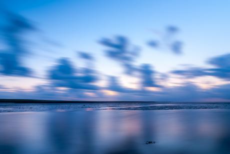 Blauw uurtje boven de waddenzee