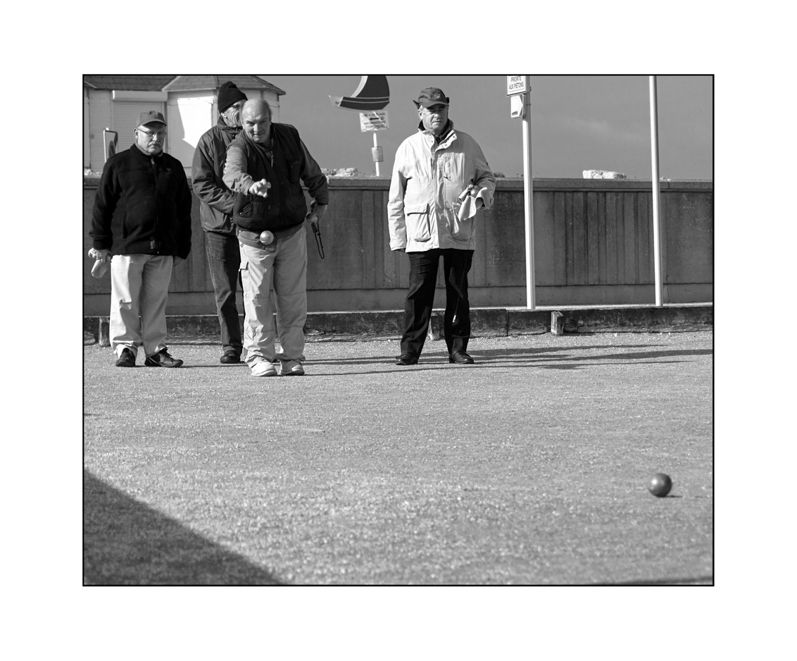 straat 12 - - - foto door bernhard48 op 18-02-2018 - deze foto bevat: mensen, zwartwit, straatfotografie, fecamp, Jeu de boules