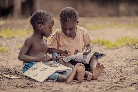 Bookworms - Twee jongetjes die een boek aan het lezen zijn. (Floja Foundation) - foto door EdPeetersPhotography op 03-03-2020 - deze foto bevat: mensen, boek, lezen, afrika, jongens, straatfotografie, malawi