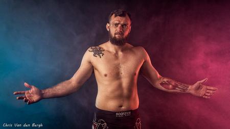 We come in peace... - Deze is al van een tijdje geleden. Genomen tijdens een shoot van deze MMA-fighter. Met rook is het altijd even afwachten hoe het resultaat gaat zijn  - foto door Marchristan op 09-05-2020 - deze foto bevat: man, mensen, donker, portret, flits, rook, studio, fotoshoot, flitser, bokser, mma, 35mm