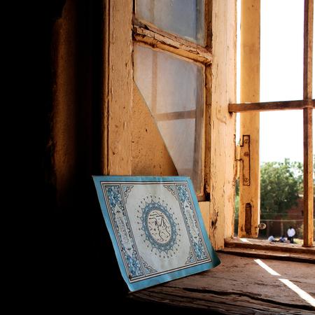 Gesloten Boek - Khartoum, Sudan. Zittend in de zon die door het half vergane venster schijnt. Verdiept in oosterse verzen. Om water te drinken heel even naar buiten  - foto door lokkjja op 21-06-2008 - deze foto bevat: zon, vakantie, gebouw, raam, boek, afrika, venster, soedan
