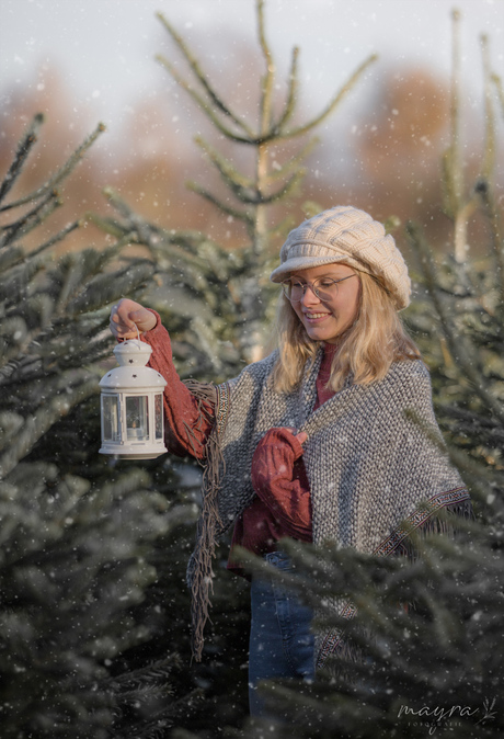 winters portret van meisje met lantaarn