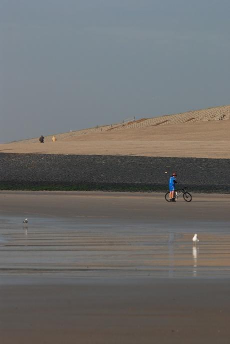 biker op strand