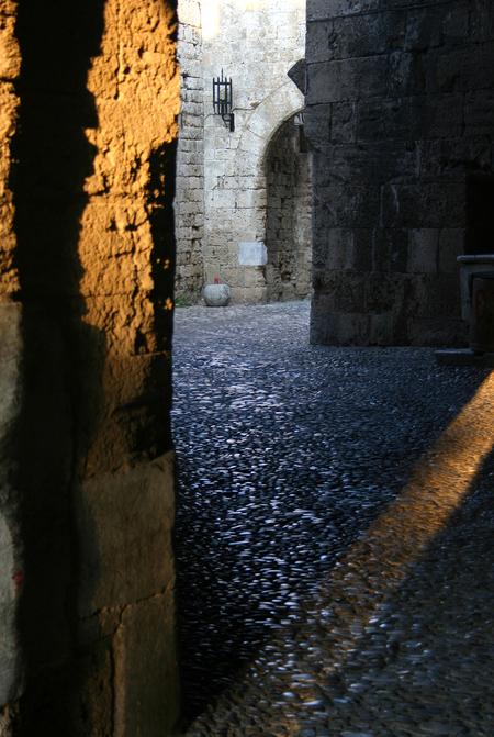 Lichtinval Rhodos Old Town - Ik probeerde een compositie te maken van licht en verschillende kleuren steen. - foto door Melzz op 12-11-2008 - deze foto bevat: old, licht, architectuur, steen, griekenland, rhodos, town