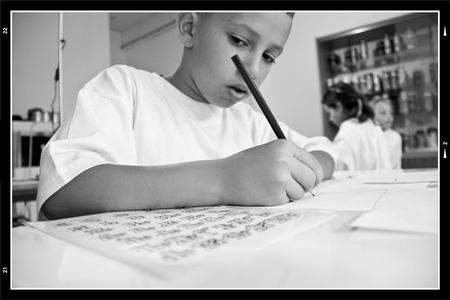 Workshop 2 - Menig zucht en gesteun kon je er horen. De kids dachten gewoon even wat te kunnen spuiten en klaar was Klara. maar niets was minder waar. ze moesten  - foto door mphvanhoof_zoom op 25-01-2010 - deze foto bevat: kids, kinderen, jongens, grafitti, workshop, basisschool, zwat wit