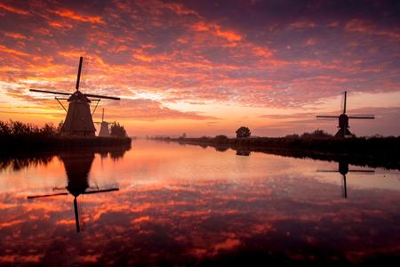 Kinderdijk ontwaakt.... - Kinderdijk ontwaakt.... - foto door HenkPijnappels op 12-04-2016 - deze foto bevat: lucht, wolken, zon, water, licht, spiegeling, landschap, mist, zonsopkomst, molen, lange sluitertijd