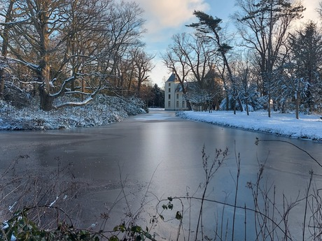 Kasteel Huys te Warmond met sneeuw