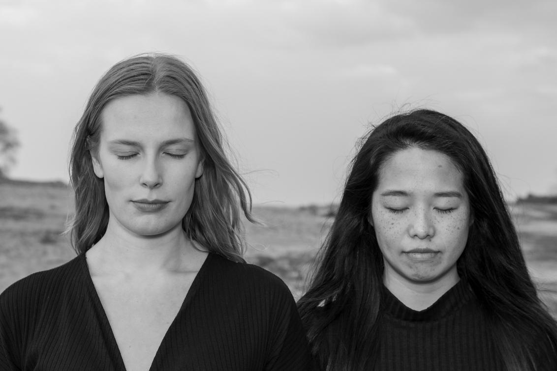 Duo portret - uit de serie portretten - foto door oostindienjp op 21-06-2019 - deze foto bevat: portret, zw, bw, duo, intiem, gedachten