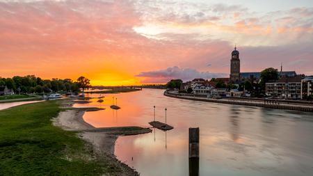 Zonsondergang Deventer - Een licht bewolkte dag is altijd een kans op een mooie zonsondergang...en wat voor 1! De lucht versprong in alle kleuren. - foto door lbfoot op 18-05-2020 - deze foto bevat: wolken, natuur, boot, ijssel, avond, zonsondergang, spiegeling, landschap, stad, brug, rivier, deventer, hdr, lange sluitertijd