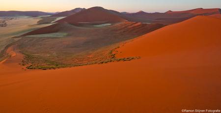 Dune 45 - Uitzicht vanaf Dune 45 in de Sossusvlei in Namibië, Afrika. - foto door eyefocus-76 op 15-06-2012 - deze foto bevat: rood, duinen, zand, afrika, africa, duin, namibie, sossusvlei, dune, 45, deadvlei, dead valley