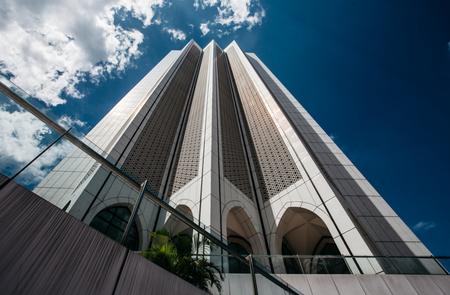 Sky High - Ik ben de afgelopen 4 maand vaak langs dit gebouw gelopen en het was mij nog nooit opgevallen. Wellicht veroorzaakt door de strakke lijnen. Echt een  - foto door RoelR op 15-01-2015 - deze foto bevat: lucht, lijnen, architectuur, wolkenkrabber, design, Kuala Lumpur