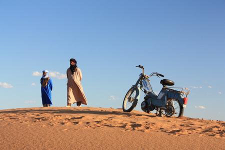 Stranded in the world's largest hot desert - Taken in the Sahara desert, Morocco 2011 - foto door sldghmmr op 20-06-2012 - deze foto bevat: mensen, zand, brommer, marokko, afrika, woestijn, mannen, vast, sand, desert, sahara, nomaden, gestrand, morocco, nomad, stranded