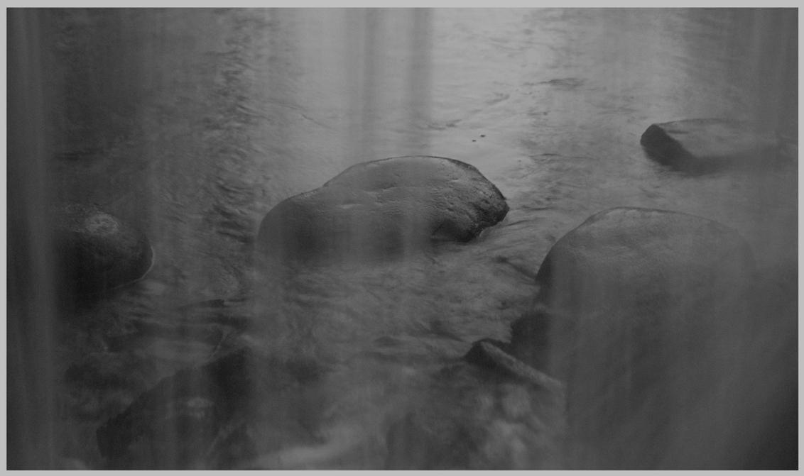 Waterval Sonsbeek - Deze foto heb wederomik genomen in Park Sonsbeek, wat een fotografische mogelijkheden daar zeg!!:)  dit is de waterval in het park. Je kan onder de - foto door safre op 27-01-2009 - deze foto bevat: wit, hek, water, sneeuw, winter, zwart, landschap, mist, waterval, hekwerk, stenen, arnhem, freek, sonsbeek, vallend, safre