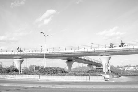 Fietsbrug - Prachtige fietsbrug - foto door gerard-32 op 14-04-2021 - locatie: Rosmalen, Nederland - deze foto bevat: lucht, wolk, water, dag, balkbrug, voertuig, weg, balkbrug, betonnen brug, brug