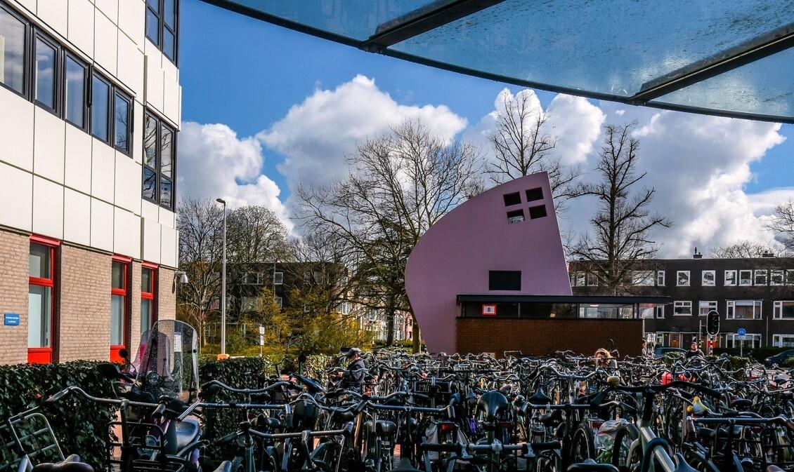 Groningen - Hanzeplein Groningen - foto door Klaas4 op 15-04-2021 - deze foto bevat: fiets, band, wolk, wiel, landvoertuig, lucht, fietswiel, gebouw, dag, venster
