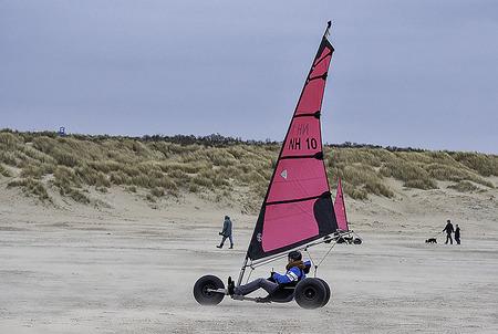 Strandzeilen - Strandzeilen - foto door PetervanderGaag op 15-04-2021 - locatie: Grevelingendam, 4675 RB Bruinisse, Nederland - deze foto bevat: lucht, wiel, band, land zeilen, voertuig, natuurlijke omgeving, vervoermiddel, reizen, strand, vrije tijd