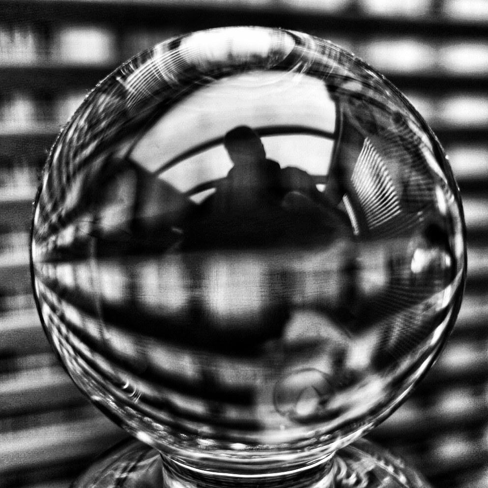 In mijn glazen bol - Ik heb inmiddels wat rondgezworven op de nieuwe Zoom Gallery. Het ziet er mooi uit, maar er zitten wel storende fouten in.  Ik ben gewend om veel op  - foto door Jules_zoom op 12-04-2021 - deze foto bevat: drinkwaren, serviesgoed, vloeistof, glaswerk, water, wit, zwart, barbenodigdheden, vloeistof, zwart en wit