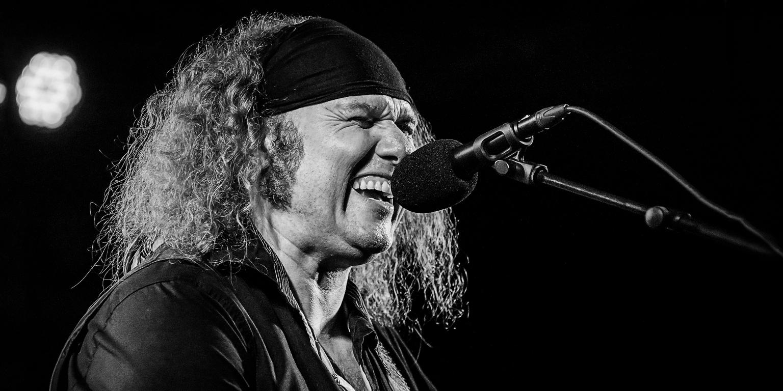 Julian Sas - optreden tijdens Blues festival - foto door roan_zoom op 07-04-2021 - locatie: Duiven, Nederland - deze foto bevat: microfoon, kapsel, musicus, baard, orgaan, zwart, concert, muziek, vermaak, muziek artiest