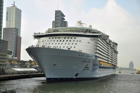 Schip - Oasis of  the seas - foto door mploeg-2701 op 14-04-2021 - deze foto bevat: water, lucht, wolk, boot, waterscooters, voertuig, gebouw, cruiseferry, naval architectuur, cruise schip