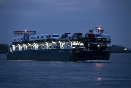 Vervoer over water tijdens het blauwe uurtje