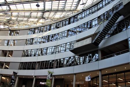 Hang-trap - Haagse hogeschool een gebouw waar je mooie foto's kunt maken   Gtjs.AJ62  - foto door AJ62 op 12-04-2021 - locatie: Den Haag, Nederland - deze foto bevat: gebouw, architectuur, armatuur, stedelijk ontwerp, commercieel gebouw, plafond, facade, stad, oriëntatiepunt, grootstedelijk gebied