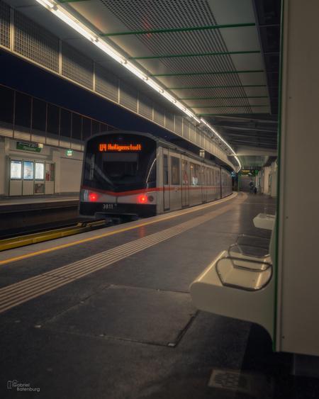 Metro Wenen - Metro Wenen - foto door gabriel-batenburg1969 op 14-04-2021 - locatie: Wenen, Oostenrijk - deze foto bevat: trein, landvoertuig, automotive verlichting, transport hub, rollend materieel, voertuig, track, vervoermiddel, elektriciteit, gebouw
