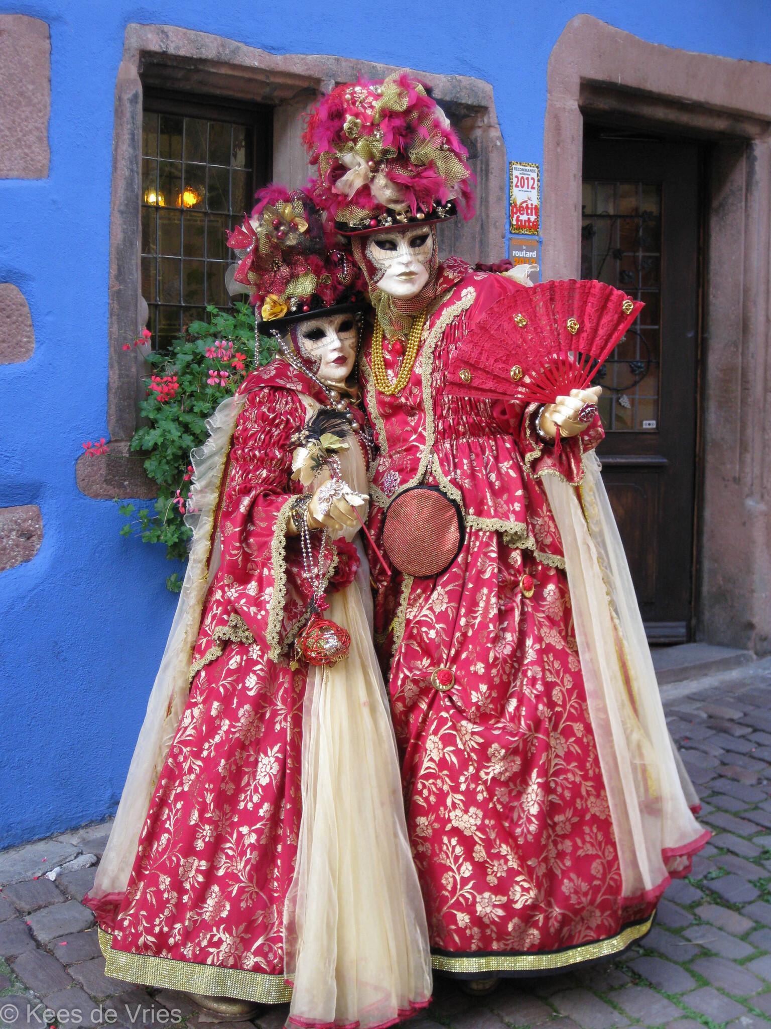 Elzas 2012 - Venetiaanse Parade in Riquewihr in de Elzas - foto door KdV59 op 05-05-2021 - locatie: 68340 Riquewihr, Frankrijk - deze foto bevat: heeft, blauw, jurk, purper, mode, tempel, venster, roze, mode ontwerp, bloem