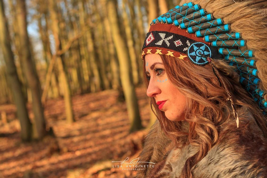 The Queen of the forest - - - foto door LisaAnn91 op 28-12-2017 - deze foto bevat: vrouw, lucht, wolken, kleur, zon, water, natuur, licht, winter, portret, landschap, heide, model, bos, bomen, fotograaf, canon, stoer, fashion, meisje, lippen, beauty, sfeer, pose, polder, blond, kapsel, closeup, fotoshoot, kleding, makeup, 50mm, bokeh, styling, Zoom.nl