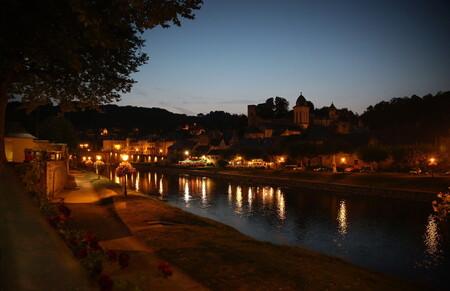 De avond is gevallen in Montignac - Mooie zomeravond in Montignac, Frankrijk - foto door schermpeter op 24-05-2014 - deze foto bevat: kasteel, avond, reflecties