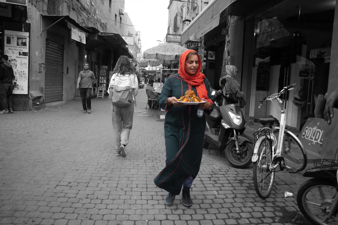 Een kleurrijke maaltijd - fleurt een grijze dag zeker op. - foto door je.gabber op 25-01-2019 - deze foto bevat: dame, voedsel, marrakech