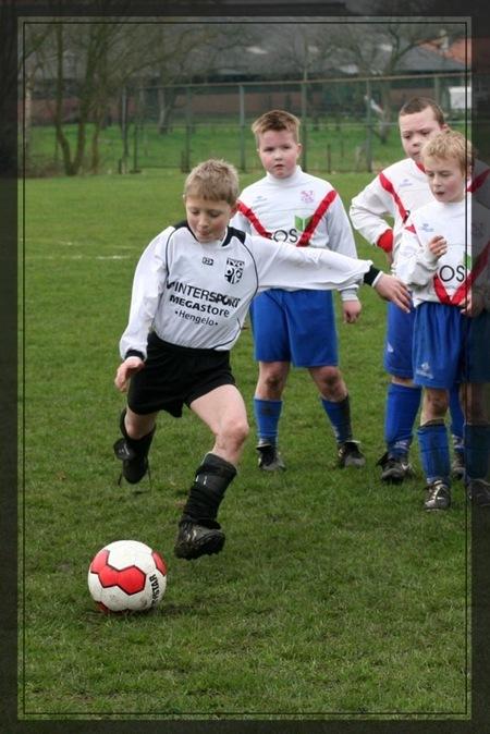 Penalty schieten 1 - Ter afsluiting van de wedstrijd nog lekker even penalty's nemen. - foto door rietgb op 10-04-2008 - deze foto bevat: voetbal, jeugd